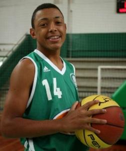 Yago, de apenas 16 anos, foi o grande destaque do alviverde, com 20 pontos (Foto: Fábio Menotti)