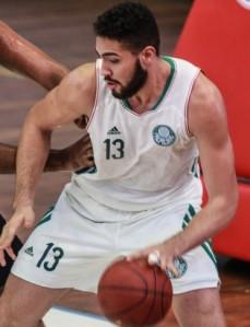 Gabriel mais uma vez se destacou nos rebotes (Foto: Luiz Pires/LNB)