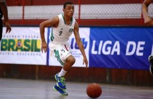 Menos de 24 horas depois de jogar pelo Sub 16, Yago viajou a Santos e ajudou em nossa vitória (Foto: Luiz Pires/LNB)