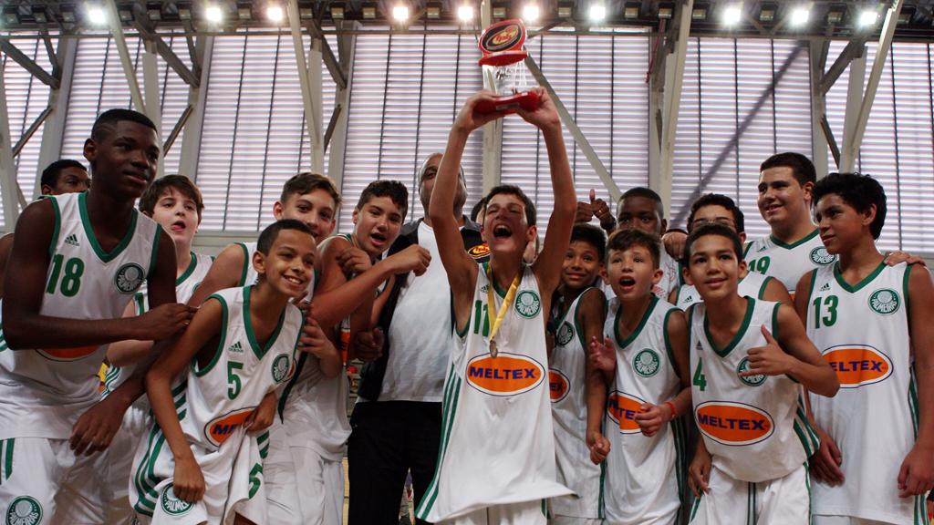 O basquete Sub-12 do Palmeiras conquistou de forma invicta o Cam
